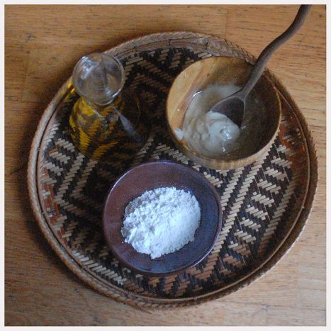 Aceite de oliva, arcilla y la crema preparada con estos sencillos ingredientes