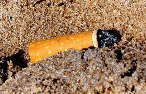 Cigarrillo en la arena By Alvimann (http://www.morguefile.com/creative/Alvimann)