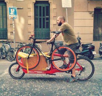 Bullit cargo bike llevando bici