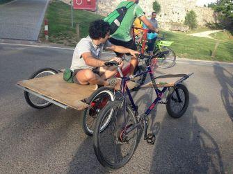 Peter de Cargobike y su bici (averiaga) llevados en un enorme triciclo de carga