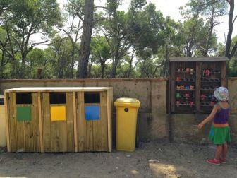 Punto de reciclaje en Cala Estreta, Costa Brava