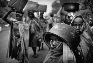 Refugiados de Uganda buscando agua, 1994.