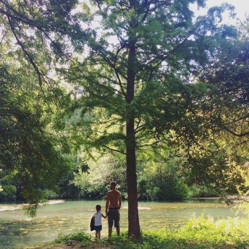 Contemplando el río.