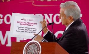Recibe AMLO su primer cheque como presidente, pero le pagaron de más y devuelve el exceso: 22 mil 313 pesos