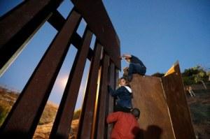 """""""Polleros"""" lanzan a familia sobre muro fronterizo con EU"""