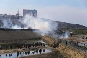 California analiza acciones legales por gas lacrimógeno contra migrantes o el cierre de la frontera