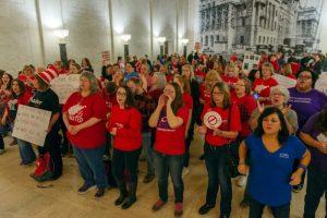 Maestros de Virginia Occidental vuelven a clases tras dos días de huelga en oposición al establecimiento de chárter y bonos de escuelas privadas en el estado