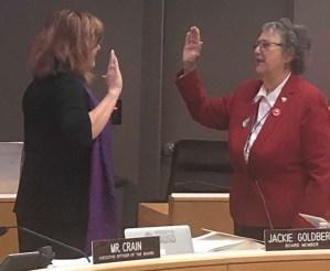 Al jurar como titular del distrito 5 de LAUSD, Jackie Goldberg llama a votar por la Medida EE, el próximo 4 de junio