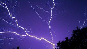 Video de un peligroso y potente rayo positivo chocando contra el suelo; pudo haber descargado hasta mil millones de voltios