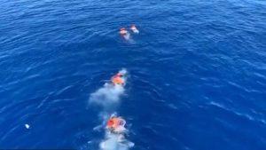 Video: Se lanzan al mar desesperados migrantes que viajan desde hace 17 días en el barco de ayuda humanitaria Open Arms ya que ninguna nación quiere acogerlos