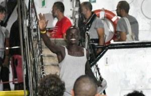"""Video: Los migrantes del """"Open Arms"""" desembarcan en Lampedusa, Italia"""