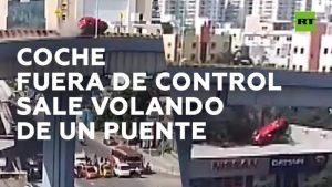 Video: Auto fuera de control en un puente sale volando y cae en transitada calle: un muerto y 6 heridos