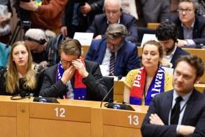 Entre lágrimas, se despiden los británicos de la Eurocámara