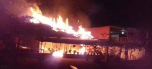 Atacan e incendian dos restaurantes en Veracruz