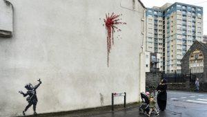 Banksy regala a su ciudad natal una nueva obra que mezcla violencia e inocencia para el Día de San Valentín