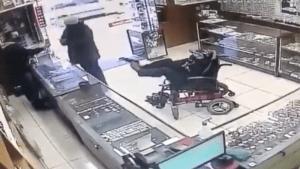 Video: Un manco y sordomudo intenta asaltar una joyería en Brasil sosteniendo su arma con los pies