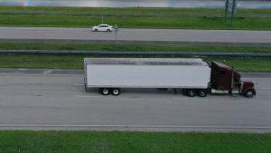 Video se hace viral: una persona viaja en el cofre de un trailer a toda velocidad, que frena y zigzaguea para que cayera, en una autopista de Florida