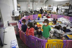"""El gobierno mexicano reforzará la vigilancia en frontera sur por """"grave"""" incremento de niños migrantes"""