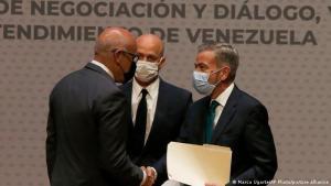 Oposición y gobierno de Venezuela reanudan diálogo en México