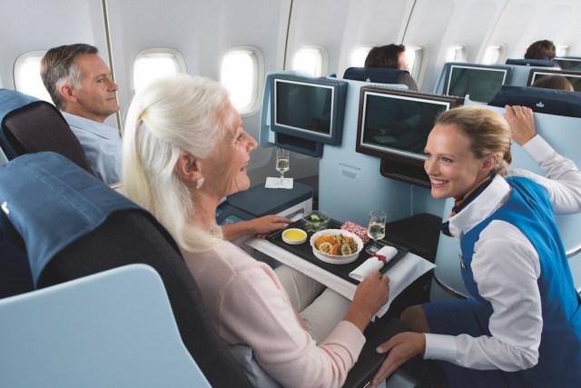 KLM_classe_Affaires_repas_hotesse