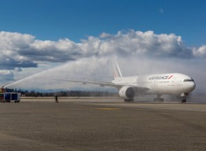 Boeing_777-200ER_Air_France_vol_inaugural_Paris-Seattle