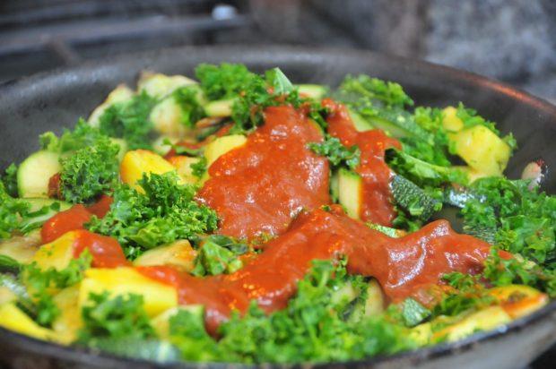 agregar salsa de tomate y revolver todo
