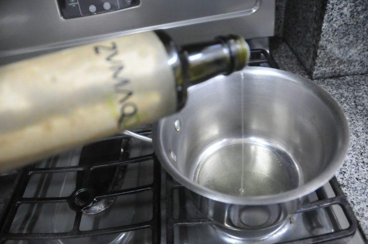 En una olla, echar aceite de oliva
