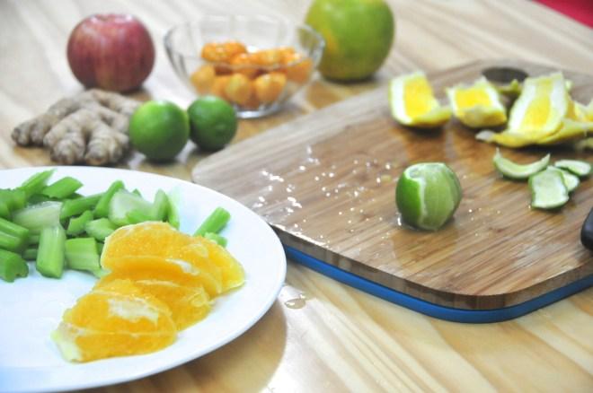 Sacar la piel de la naranja y picar el apio y la manzana. Dejar la piel de la manzana si es manzana orgánica. Lo mismo con el kion.
