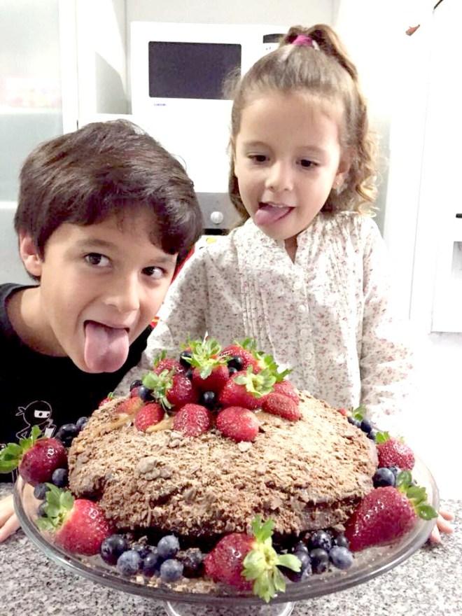Francis y Anto provocando con su torta de chocolate