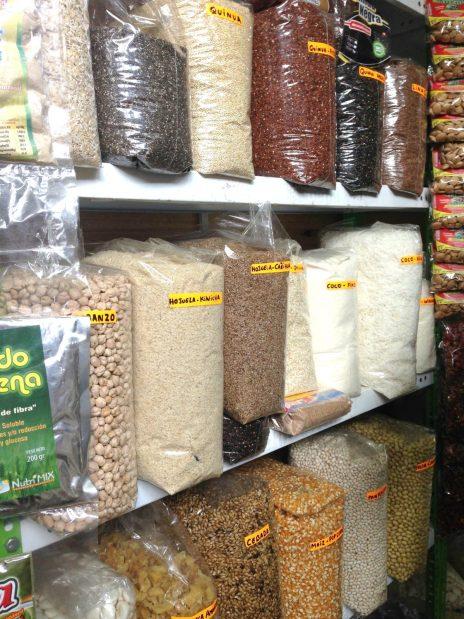 Diferentes tipos de harinas y granos en el mercado de Surquillo #1