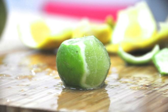 Sacar la piel del limón .