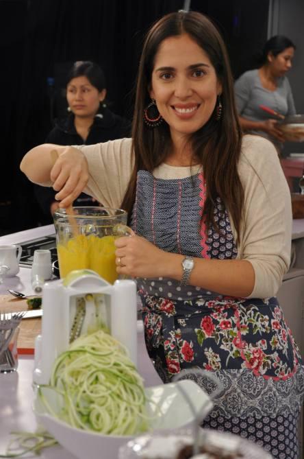 Preparando la deliciosa Huancaína Vegana y los Spaguettis de Zucchinii en el set de grabación de Oh Diosas. 2014