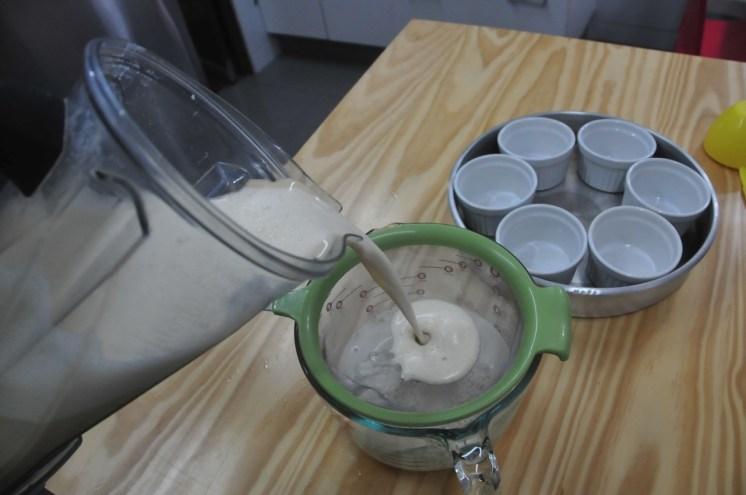 Colar la mezcla es una buena idea para que cualquier rastro de huevo se quede en el colador.