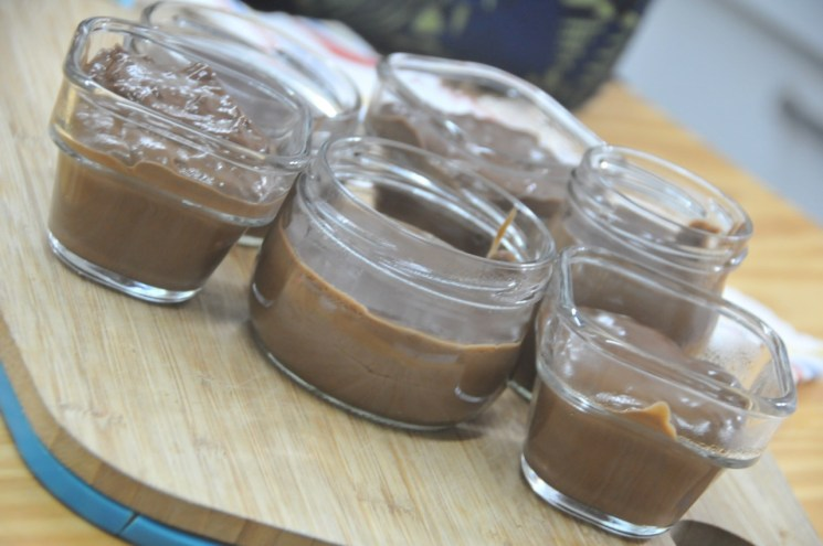 Llenar los recipientes con el pudín de chocolate.