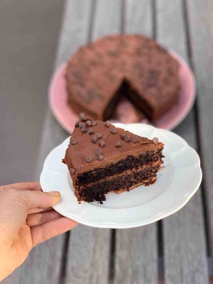 Torta de chocolate de camote y kiwicha con frosting de camote y chocolate bíter