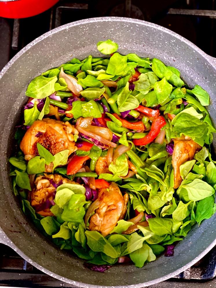 Pollo oriental a la olla con verduras de la refrigeradora