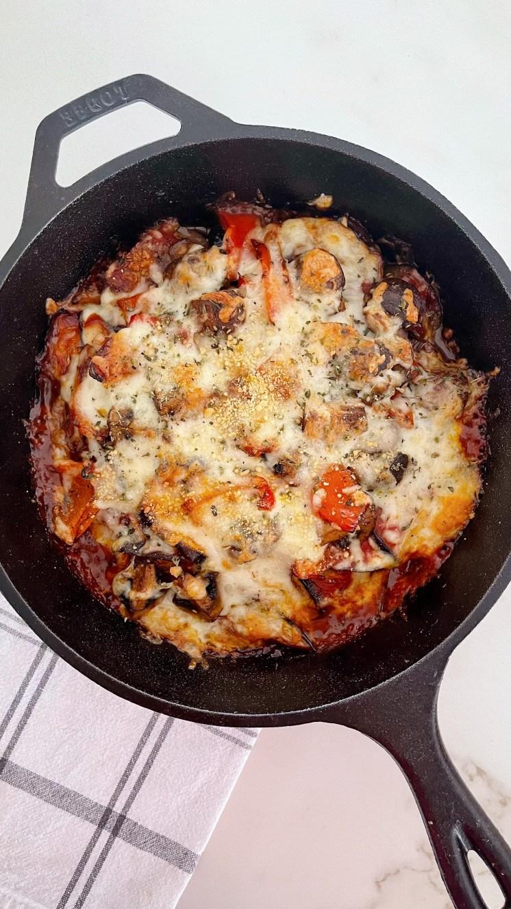 lasaña vegetariana con verduras como berenjenas, tomate, champiñones, pimiento rojo