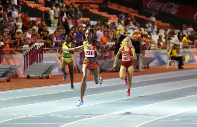 La velocista taína Asaine Hall de la Universidad del Turabo rompió la marca de los 200 metros en la preliminar. (L. Minguela LAI)