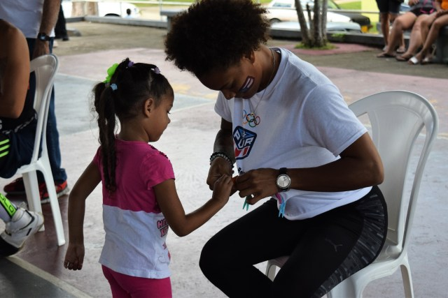 La subcampeona mundial María Pérez jugando al relevo de pinches con una niña durante la jornada olímpica recreativa. (Z. Acosta)