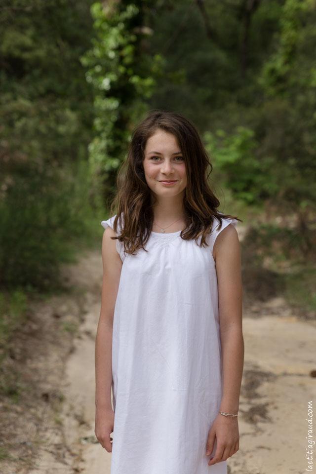 Séance promenade en forêt avec une famille et son adolescente