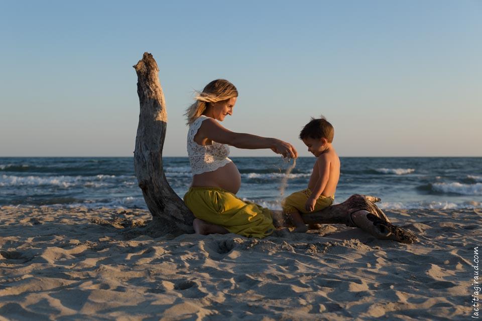 séance photo grossesse mère et fils dans le sable