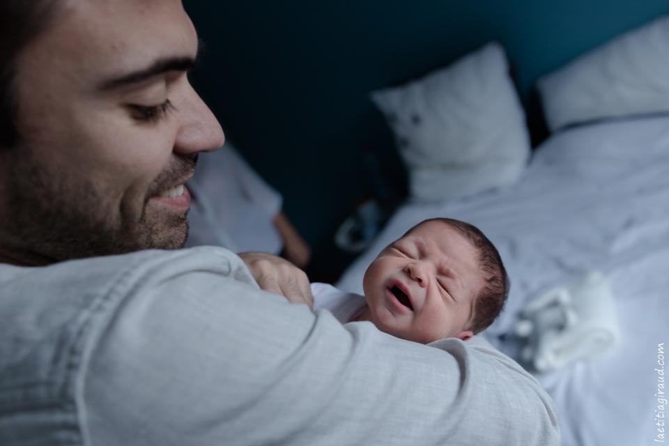 papa et son bébé à domicile