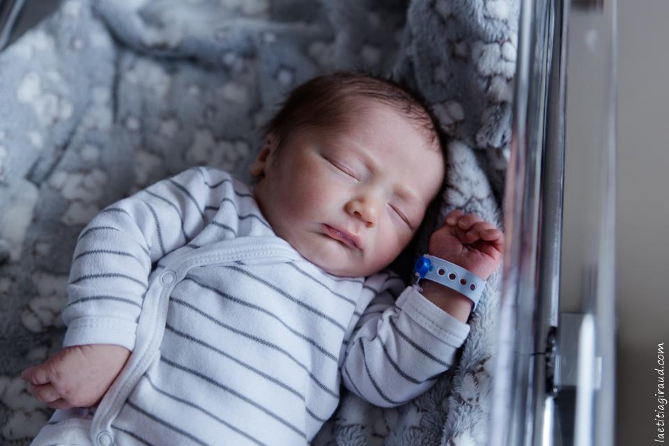 bebe a la naissance dans sa couveuse