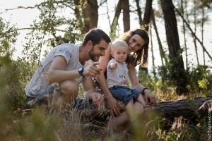 promenade en famille dans la forêt