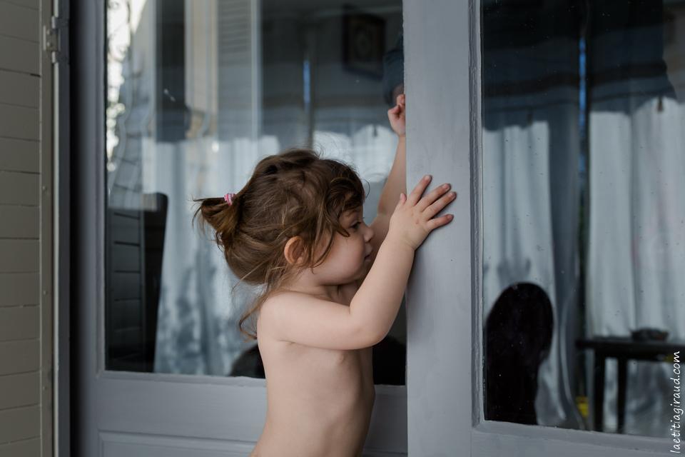 petite fille qui joue à la maison