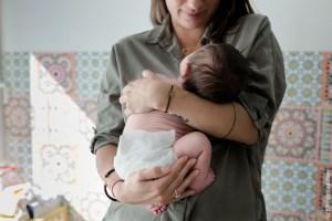 bébé et maman après le biberon