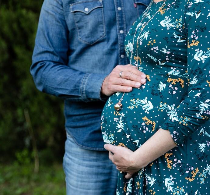 Séance photo de grossesse à domicile à Courthézon