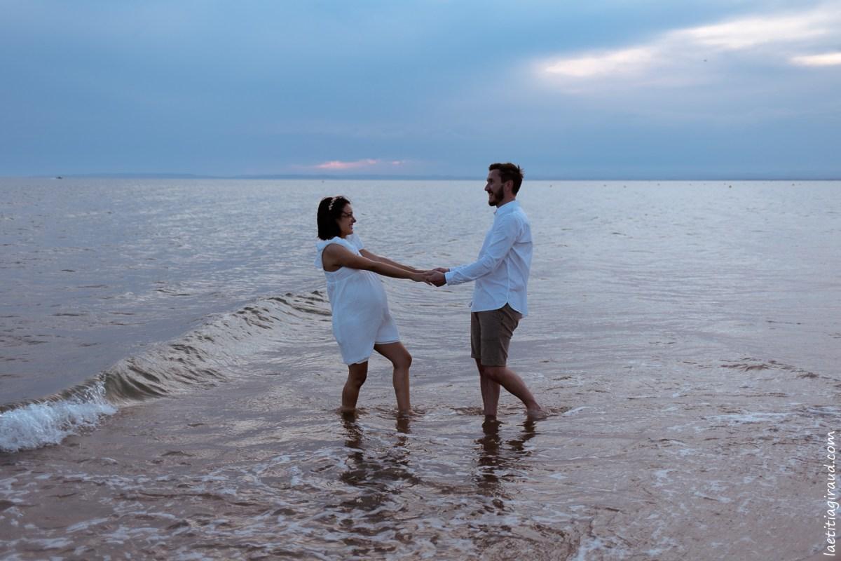 femme enceinte dans l'eau avec son mari