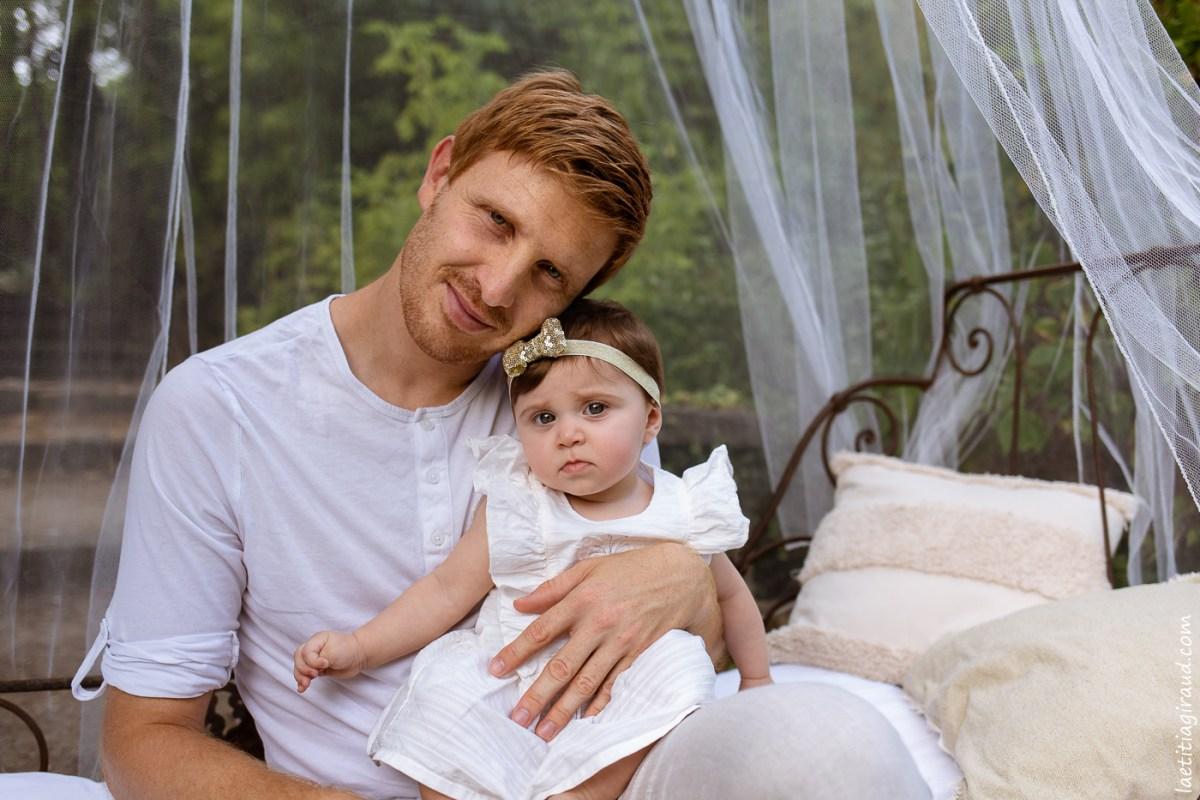 papa et sa bebe fille en mode calin