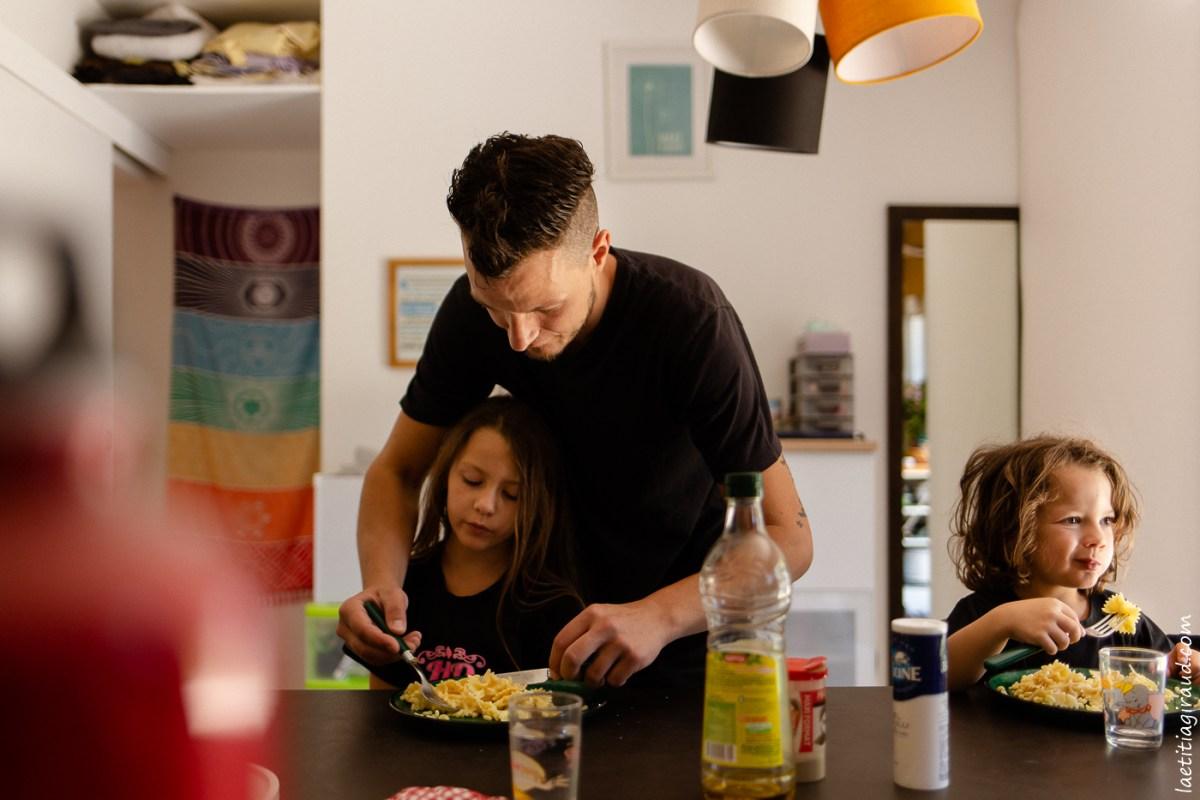 papa qui s'occupe de ses enfants pendant le repas